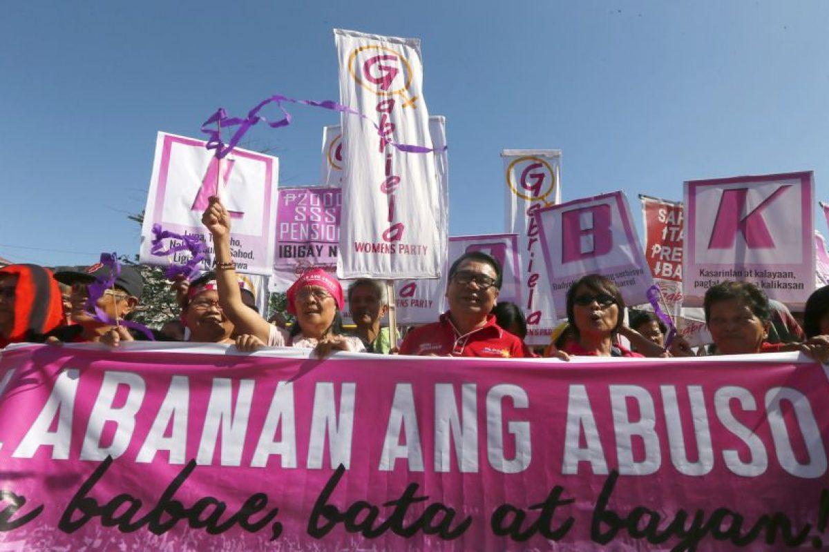 Cientos de manifestantes marchan para pedir igualdad de género. Foto:AP. Imagen Por: