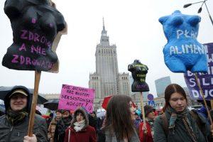 Algunas mujeres se caracterizaron para manifestarse a favor de sus derechos. Foto:AP. Imagen Por: