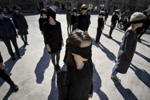 Mujeres realizaron un performance en honor a la historia de los movimientos feministas. Foto:AP. Imagen Por: