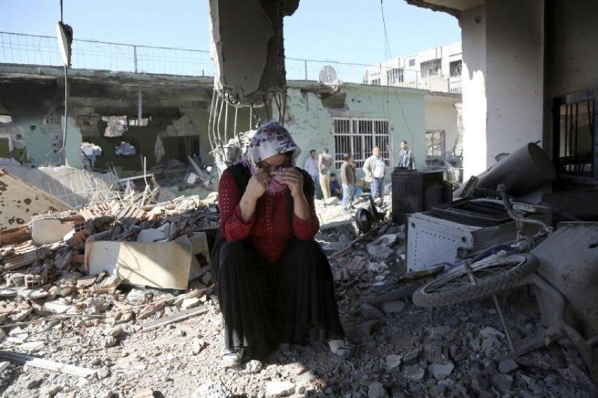Una mujer permanece en el interior de su casa destruida durante los enfrentamientos entre las fuerzas especiales turcas y los militantes de PKK, en Sirnak (Turquía). Foto:Efe. Imagen Por:
