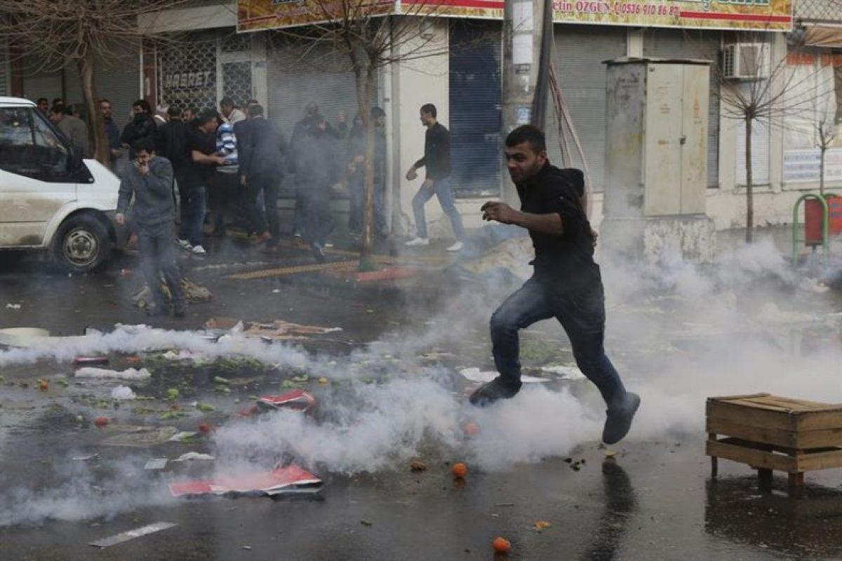 Un manifestante huye de la policía durante una marcha multitudinaria que protestaba contra un toque de queda, en ciudad turca de Diyarbakir, al sureste del país. Foto:Efe. Imagen Por: