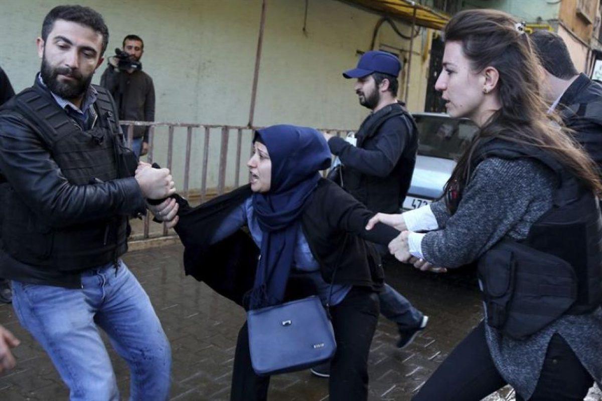 La policía turca detiene a una manifestante kurda durante una marcha multitudinaria que protestaba contra un toque de queda, en ciudad turca de Diyarbakir. Foto:Efe. Imagen Por: