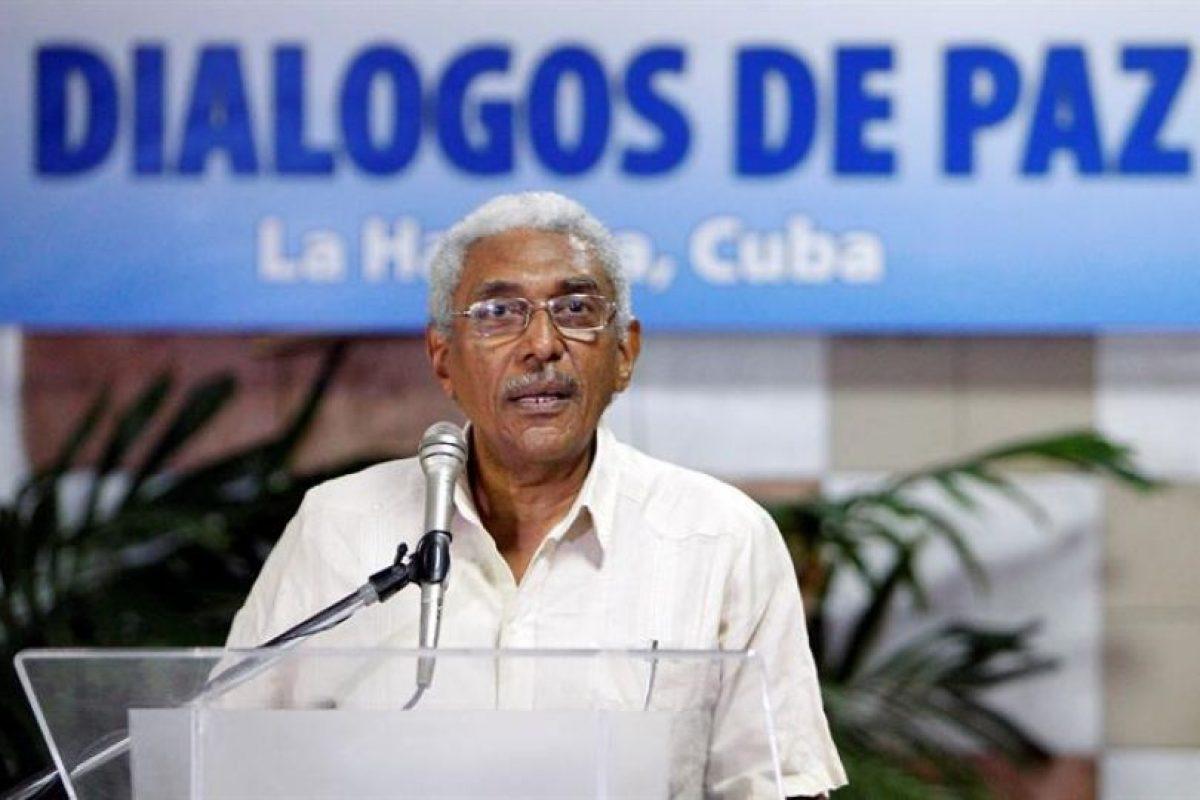 El integrante del secretariado de las FARC Joaquín Gómez lee un comunicado hoy, jueves 10 de marzo de 2016, antes de reunirse con representantes del gobierno colombiano como parte de los diálogos de paz que se llevan a cabo en el Palacio de Convenciones de La Habana, Cuba. Foto:Efe. Imagen Por: