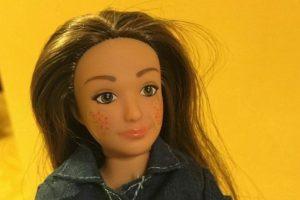 """""""Me di cuenta en la tienda de juguetes que había un gran muro de muñecas de moda y sentí como que estas muñecas estaban diciendo, 'Si no eres una supermodelo, algo está mal contigo'. """"No hay nada malo en ser una supermodelo, pero creo que debería haber una alternativa en los estantes de juguete"""", dice el artista e investigador con sede en Pittsburgh, Estados Unidos. Foto:vía Lammily. Imagen Por:"""
