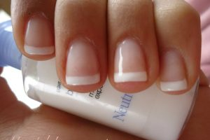 Secar sus uñas: ni en broma las soplen. De hecho, el frío las seca más rápido. Pongan sus manos sobre un recipiente con hielo. Foto:vía Tumblr. Imagen Por:
