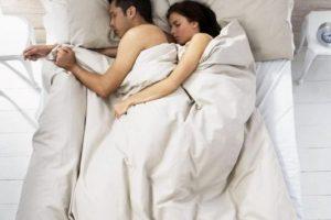 Dormir: hacerlo en posición fetal arruina su espalda. Deben tener por lo menos dos apoyos, uno en la cabeza y otro en sus pantorrillas para poder descansar. Foto:vía Getty Images. Imagen Por: