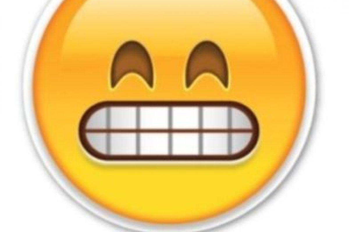 Risa forzada Foto:Emojipedia. Imagen Por: