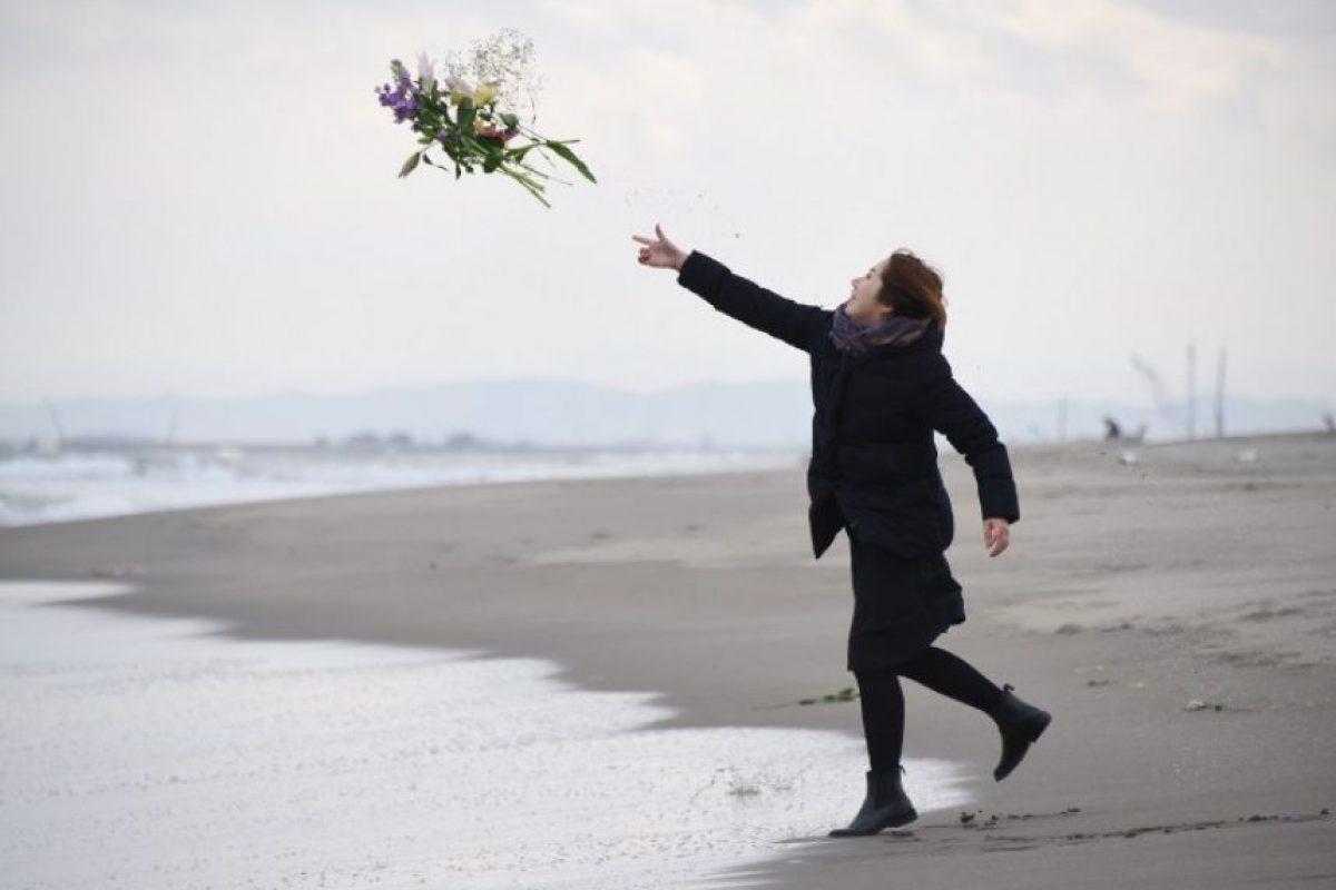 Algunos japoneses lanzaron flores en las costas en memoria de los fallecidos Foto:AFP. Imagen Por: