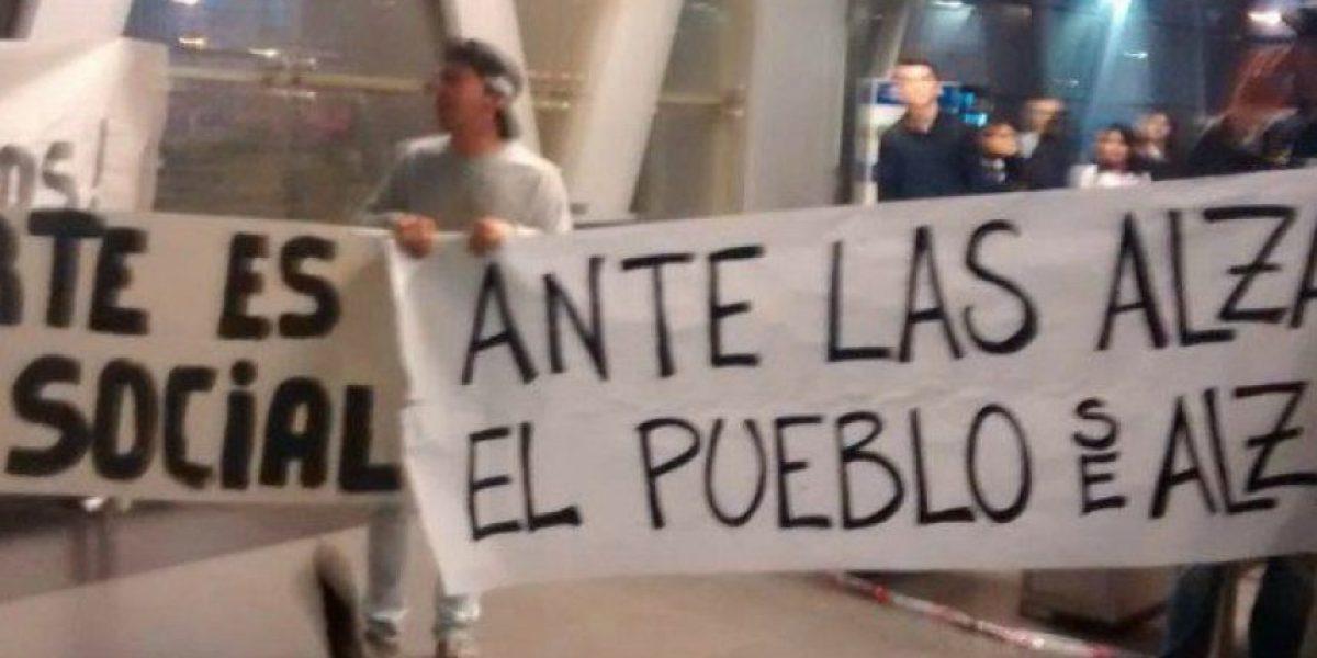 Usuarios se tomaron estación del Metro en protesta por alza del pasaje