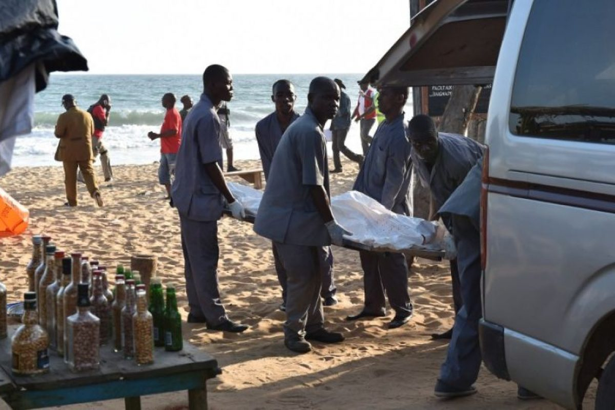 Cuerpos quedaron esparcidos en la playa. Foto:AFP. Imagen Por: