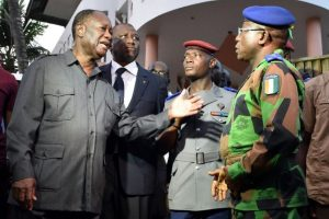 El presidente Alassane Ouattara (izq) se presentó a una de las escenas del crímen Foto:AFP. Imagen Por: