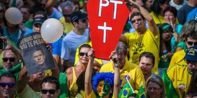 Brasil: más de 100 mil personas rodean el Congreso y exigen la destitución de Rousseff