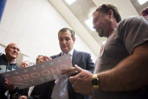 Quien va detrás del magnate es Ted Cruz quien es la alternativa de los republicanos para detener la su carrera. Foto:AFP. Imagen Por: