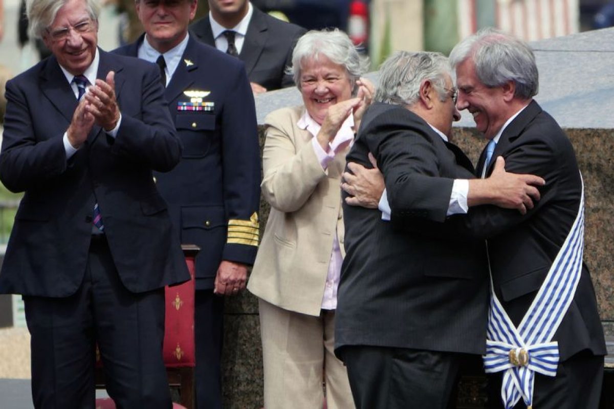 Mujica, cuando traspasó el mando de su país a la misma persona que se lo pasó a él, Tabaré Vásquez Foto:Efe. Imagen Por: