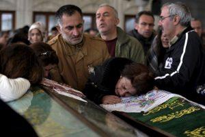 Después de ataque bomba en Ankara, Turquía así se despiden los parientes de las víctimas. Foto:AP. Imagen Por: