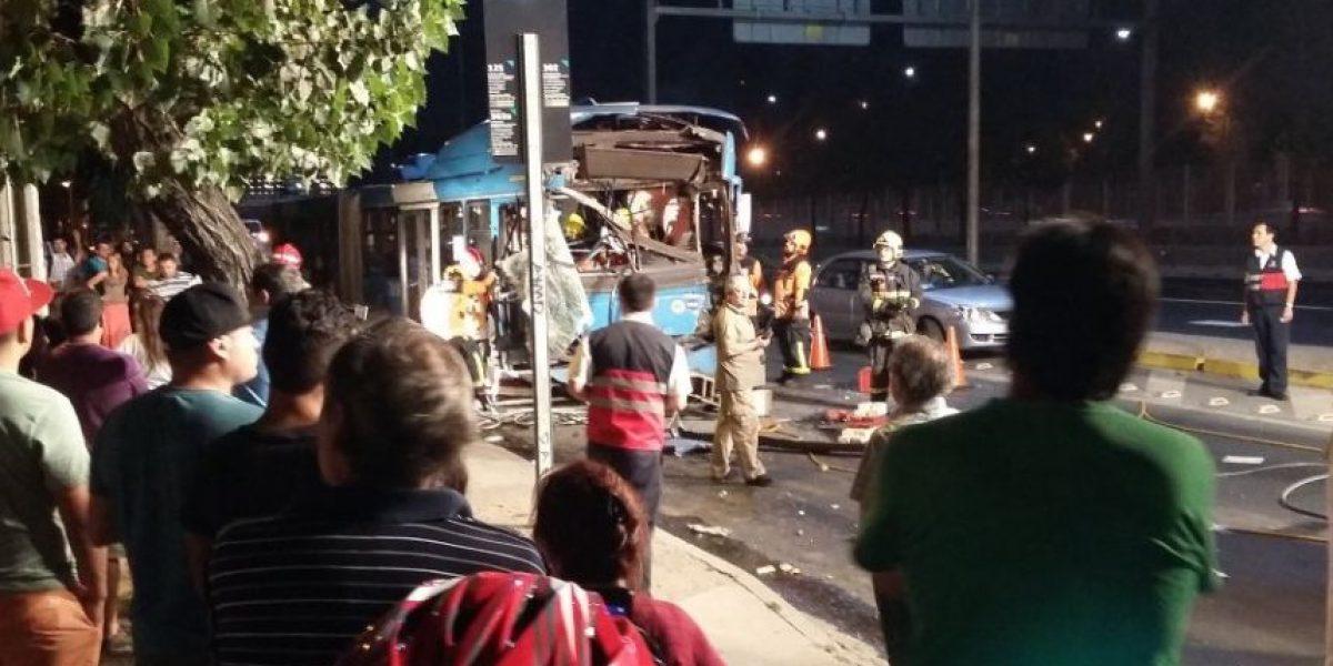 13 lesionados y un chofer atrapado dejó colisión de dos buses del Transantiago