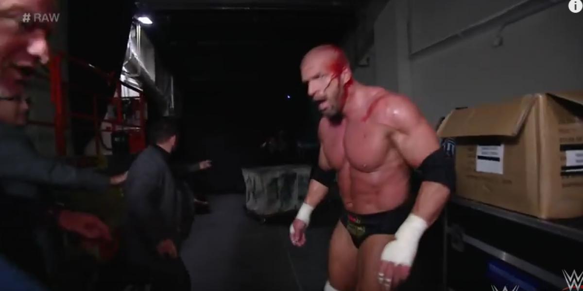 La brutal golpiza que sufrió Triple H a manos de Roman Reigns