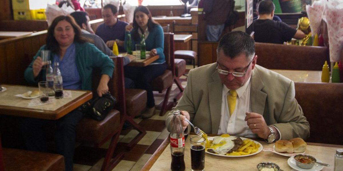 Estudio asegura que oír lo que masticamos nos hace comer menos