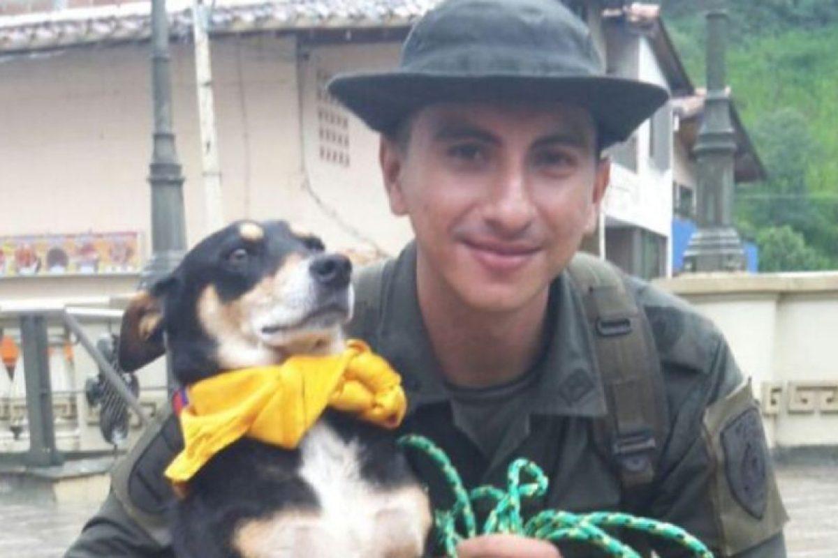 El agente Jeisson Amaya, de la Policía Nacional de Colombia, rescató a un perro que podía morir ahogado. Foto:Vía Twitter @policiacolombia. Imagen Por: