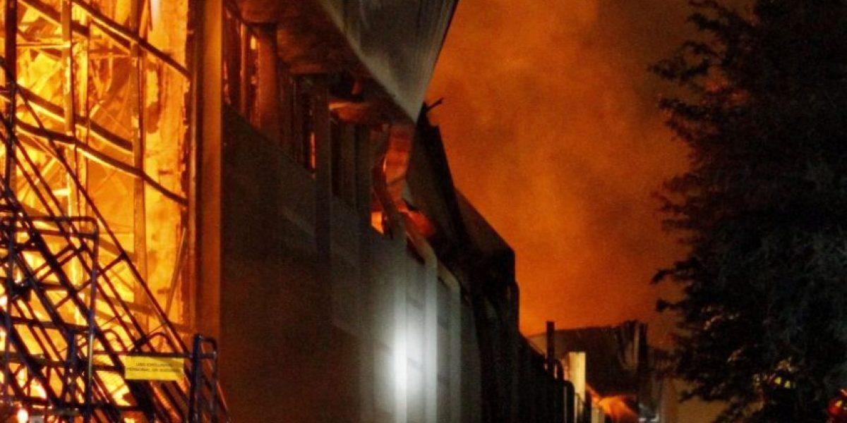 Violento incendio en Cerro Navia deja a una familia damnificada