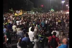 Y piden la renuncia de Dilma Rousseff. Foto:Vía Twitter @amigoperu76. Imagen Por: