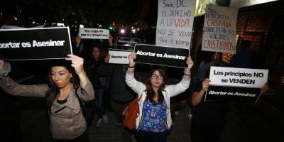 Proyecto de aborto: así la Juventud UDI se manifestó en sede de la DC