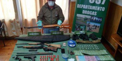 Escopetas y pistolas: Carabineros incautó arsenal durante operativo antidrogas en Arauco