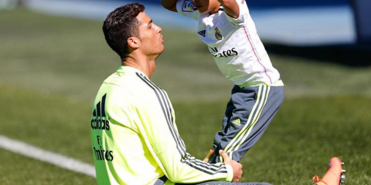 El pequeño hijo de Cristiano Ronaldo imita la famosa pose de su padre