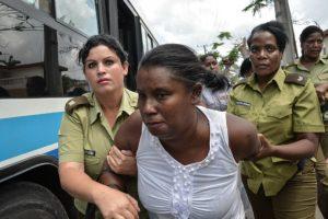 """Entre ellos """"Las Damas de Blanco"""", movimiento ciudadano que reúne a esposas y otros familiares de presos cubanos Foto:AFP. Imagen Por:"""