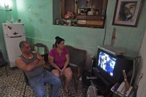Familias cubanas siguieron su llegada a través de la televisión Foto:AFP. Imagen Por: