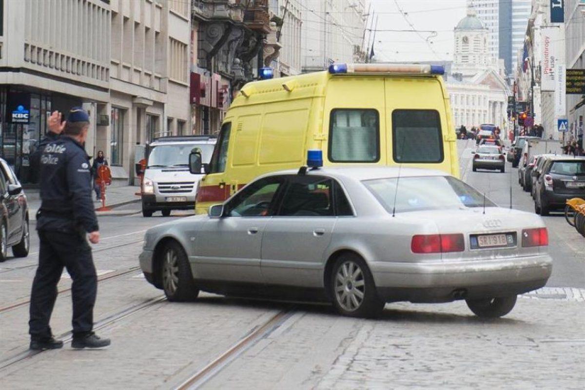 Ambulancia en la que trasladaron a Abdeslam para ser interrogado en Bruselas. Foto:Efe. Imagen Por: