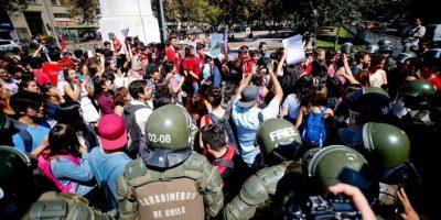 Organizaciones a favor y en contra del aborto protestaron frente a La Moneda