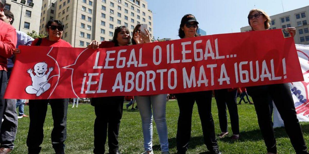 Organizaciones pro y contra del aborto discutieron frente a La Moneda