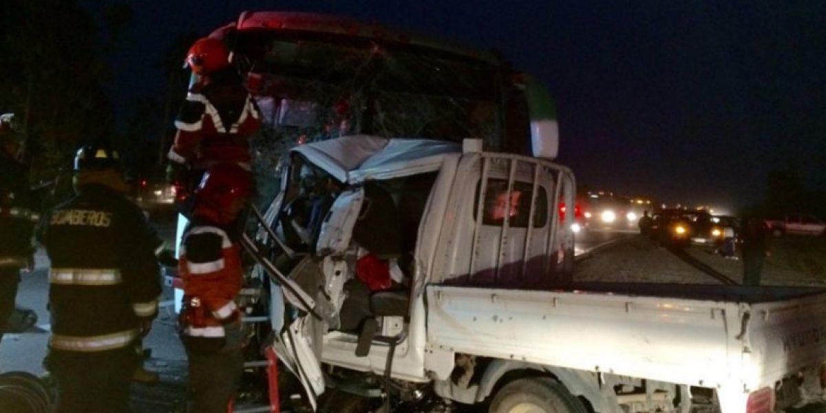 Un muerto y al menos una veintena de heridos tras colisión frontal en Melipillla