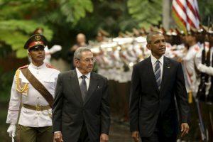 Antes del encuentro, Obama rindió homenaje con una ofrenda floral a la estatua de José Martí en la Plaza de la Revolución Foto:AP. Imagen Por: