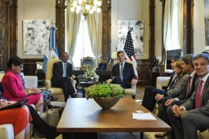 En su primer día en Argentina el mandatario estadounidense se reunió con el presidente argentino Mauricio Macri. Foto:AFP. Imagen Por: