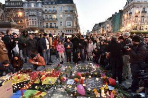 La gente llora a las víctimas en la plaza de la Bolsa de Bruselas. Foto:AP. Imagen Por: