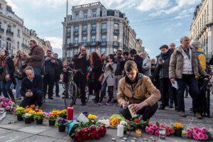 En las calles se ven ofrendas con velas y flores. Foto:AP. Imagen Por: