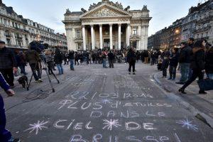La gente aprovechó la explanada para escribir distintos mensajes. Foto:AP. Imagen Por: