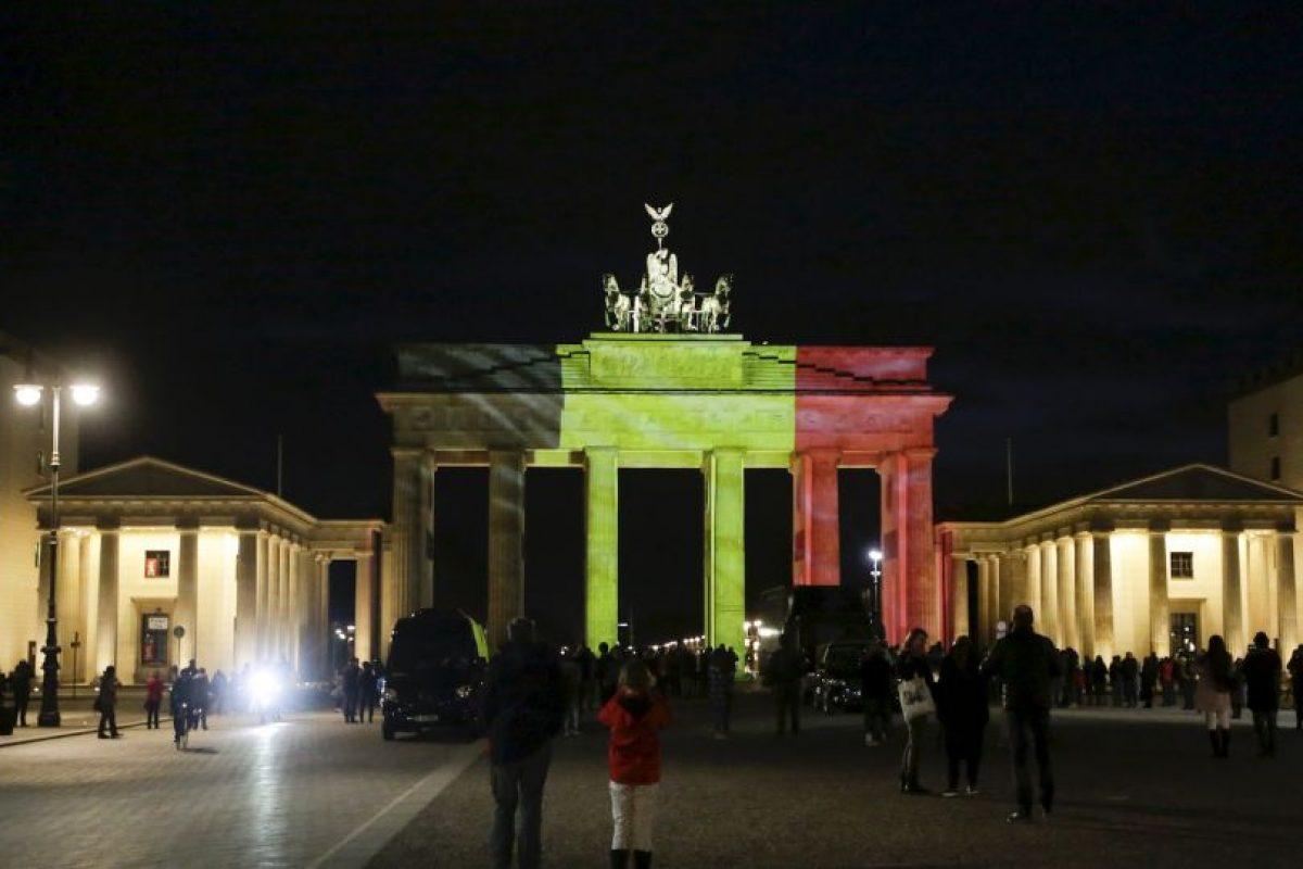 Alemania, Francia e Italia, iluminaron monumentos históricos con los colores de la bandera belga. Foto:AP. Imagen Por: