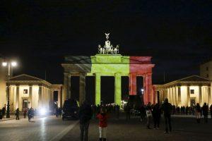 Por su parte, el gobierno alemán lamentó lo sucedido iluminando la puerta de Brandemburgo. Foto:AP. Imagen Por: