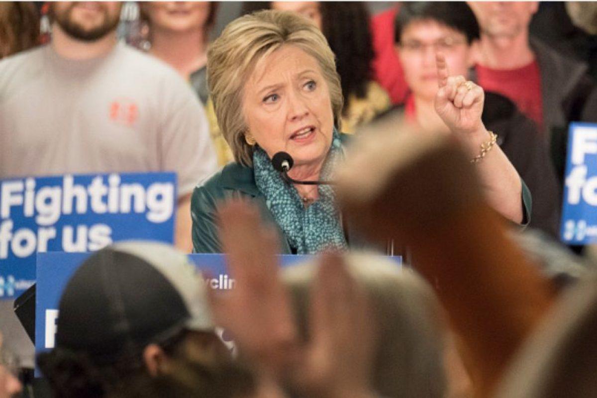 Clinton hizo lo mismo con Bernie Sanders, candidato que tenía esperanzas en Arizona. Foto:vía Getty Images. Imagen Por: