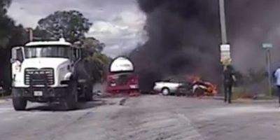 Registran dramático rescate de mujer desde auto en llamas tras accidente vehicular