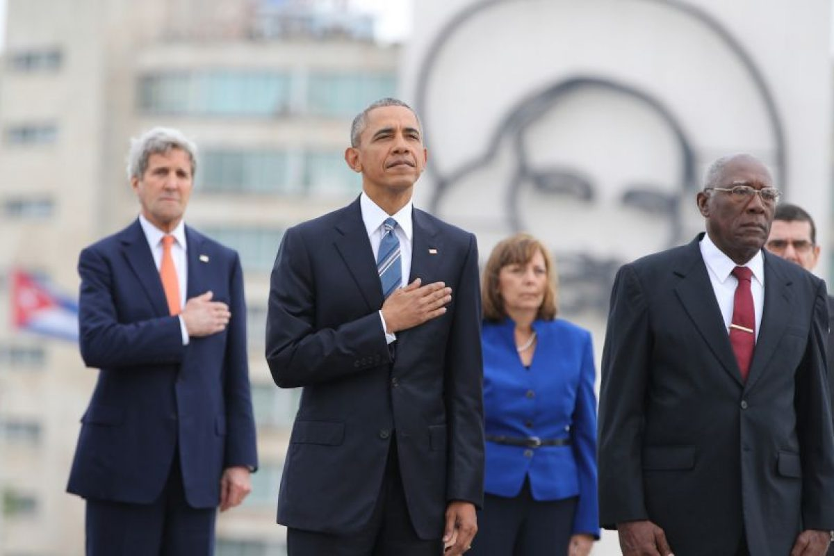 El mandatario visitó la Plaza de la Revolución momentos antes de encontrarse con Raúl Castro. Foto:AP. Imagen Por: