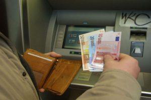 Al sacar dinero del cajero nos vemos expuestos a robos. Foto:Getty Images. Imagen Por: