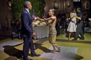 El momento de la noche fue cuando la pareja fue invitada a bailar tango. Foto:AP. Imagen Por: