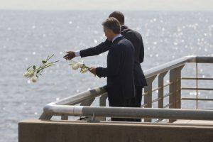 Ahí ambos arrojaron flores blancas en el Río de la Plata. Foto:AP. Imagen Por:
