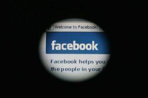 La información que colocan en su perfil de Facebook puede quedar a merced del FBI. Foto:Getty Images. Imagen Por: