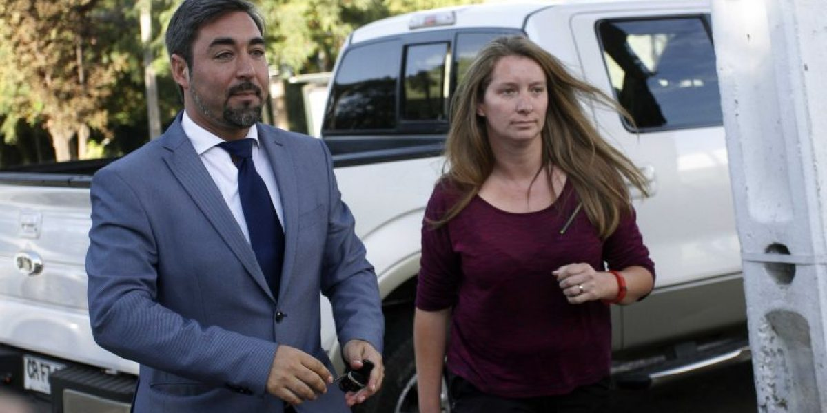 Junto a su abogado y en silencio Natalia Compagnon cumplió con su firma mensual
