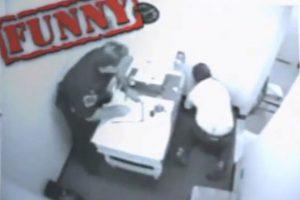 Mientras lo interrogaban, este hombre se golpeó la cabeza en la pared por no mantener el equilibrio debido a su estado etílico. Foto:Imgur. Imagen Por: